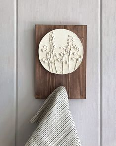 Wood rectangular panel hanger with hook for kitchen, bathroom, hallway wall decor. Round plaster cast Lily of the valley in farmhouse style Country Farmhouse Decor, Farmhouse Kitchen Decor, Farmhouse Style, Diy Kitchen, Hallway Wall Decor, Wall Art Decor, Gallery Wall Frame Set, Wooden Hangers, White Paneling