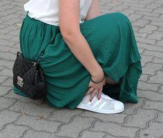 Sommeroutfit mit dunkelgrünem Midi-Plisseerock, weißem Camisole-Top, Adidas Superstar Sneakers in Silber-Glitzer, Michael Kors Handtasche - romistyle