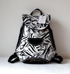 RIGBY+bag+no.+57+Černo+bílý+Rigby+bag,+který+zaujme+nejen+neobvyklým+designem,+ale+i+detailním+prošitím,+které+zvýrazňuje+jedinečnost+tohoto+batohu.+Uvnitř+batůžku+je+podšívka,+menší+uzavíratelná+kapsička+na+zip.+Celý+batůžek+lze+stáhnout+šnůrkou+a+uzavřít+na+knoflík+(který+je+rafinovaně+schovaný+pod+klopou+batůžku).+Do+batůžku+se+vlezou+všechny+Vaše...