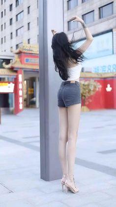 Women With Beautiful Legs, Beautiful Young Lady, Cute Skirt Outfits, Cute Skirts, Sexy Asian Girls, Beautiful Asian Girls, Look Legging, Slender Girl, Asian Model Girl