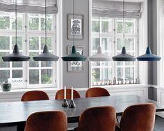 Sjekk ut disse fine pendlene fra Watt a lamp! Kombiner flere farger over bordet for å friske opp litt. #designbelysning #lamper #lightupno #nordiskehjem #interior123 #belysning #interior