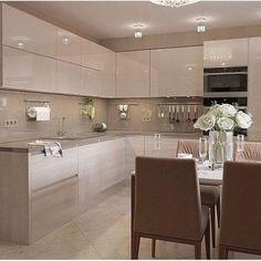 A imagem pode conter: área interna - Kitchen design - Kitchen Pantry Design, Luxury Kitchen Design, Home Decor Kitchen, Interior Design Kitchen, Home Kitchens, Kitchen Modular, Modern Kitchen Cabinets, Design Moderne, Cuisines Design