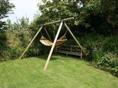 jardín amplio con cesped y hamaca para relajarte
