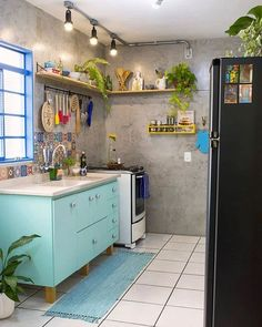 Small Kitchen Designs - You finally have that home to call your own. It's perfect, yet that kitchen is a bit tiny, but you are going to make it work in your own awesome way. There are so many different small kitchen design and decor… Continue Reading → New Kitchen, Kitchen Interior, Kitchen Decor, Kitchen Ideas, Awesome Kitchen, Beautiful Kitchen, Kitchen Storage, Vintage Kitchen, Küchen Design