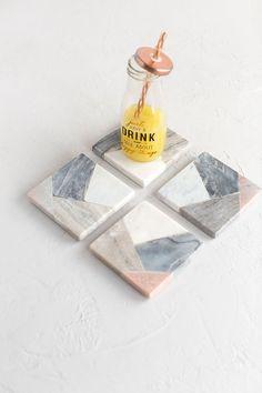 Set de 4 posavasos cuadrados de mármol tipo patchwork MARBLE 10x10cm. Los pequeños objetos de menaje son los que consiguen una cocina digna de revista, y este set de 4 posavasos cuadrados MARBLE te va a ayudar a conseguirlo. Se venden en conjunto de cuatro unidades y cada uno está hecho con cuatro tipos de mármol, así que combina con muebles de todos los colores. #posavasos #marmol #tableware #cocina