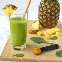 Pineapple Turmeric Anti-Inflammatory Smoothie This tropical and refreshing anti-inflammatory smoothie gets its naturally powerful medicinal properties from turmeric, ginger, pineapple, and chia seeds! Kiwi Smoothie, Smoothie Detox, Fruit Smoothies, Healthy Smoothies, Healthy Drinks, Healthy Snacks, Turmeric Smoothie, Energy Smoothies, Turmeric Anti Inflammatory