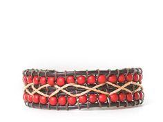 LA BANDA: Brazalete de cordón de cuero con piedra turquesina de color rojo cosida con cordón color crema y cierre regulable en zamak.