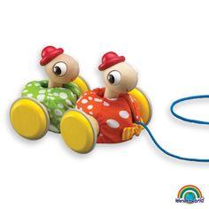 Pull along tortoise - ¡El niño empujará o tirará de este juguete y gozará de los movimientos divertidos de las dos amigas tortuga! Haz click en el siguiente enlace para más información: http://www.andreutoys.com/?busq1=12&id=595&Pag=1