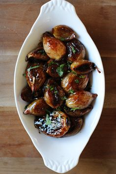 Of course it is– it's an Ina Garten recipe and she's amazing. These caramelized shallots are packed with so much flavor: Shallot Recipes, Onion Recipes, Vegetable Recipes, Vegetarian Recipes, Cooking Recipes, Wing Recipes, Roasted Shallots, Caramelized Shallots, Tapas