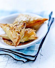 Tyropitas à la feta, sésame et miel ou chaussons au fromage crétois pour 6 personnes - Recettes Elle à Table