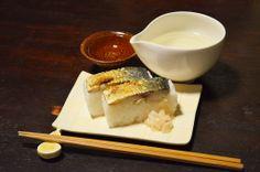 【焼き鯖寿司】半木の道、枝垂れ桜のお祭りで見つけた焼き鯖寿司。地元のお祭り感漂う露店でこういう肴を見つけるのはうれしいですね。鯖もしっかり焼いてあって、一口で食べられない大きさ。今日のお酒は、宮城県は平孝酒造の「日高見」です。