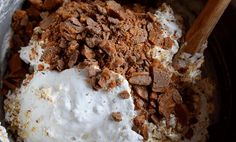 Daimkake i langpanne med gul krem 🍫 Ice Cream, Baking, Breakfast, Desserts, Food, No Churn Ice Cream, Tailgate Desserts, Gelato, Meal