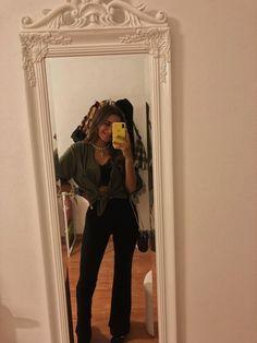 Brallete preta + camisa verde seco com nó + calças boca de sino tecido pretas + ténis pretos + mala preta Night Outfits, Summer Outfits, Casual, Ootd, My Style, Photography, Inspiration, Clothes, Dresses