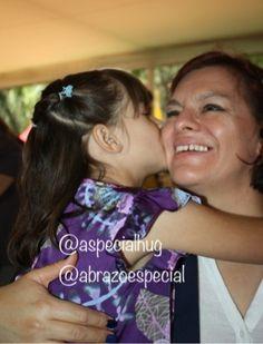 What a great gift is a child's kiss! ¡Qué gran regalo es el beso de una niña!