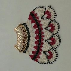 This Pin was discovered by fer Needle Lace, Textile Jewelry, Needlepoint, Hand Embroidery, Elsa, Cuff Bracelets, Diy And Crafts, Brooch, Jewels