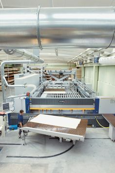 Moderne Maschinen und Handarbeit gehen Hand in Hand