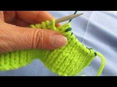 Otra manera de cerrar un cuello de jersey - YouTube. Apropiado para mantener la textura del punto elástico.