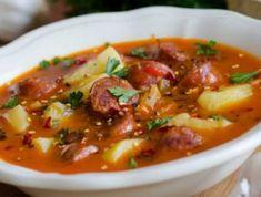 Tejfölös-tárkonyos krumplileves kolbásszal - Mindmegette.hu Hungarian Recipes, Goulash, Cheeseburger Chowder, Thai Red Curry, Stew, Slow Cooker, Chili, Good Food, Food And Drink