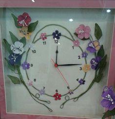 Göz nuru Clock, Flowers, Salons, Home Decor, Felt Pillow, Watch, Lounges, Decoration Home, Room Decor