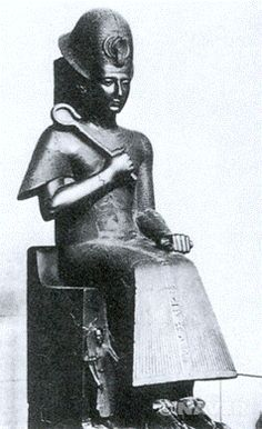 람세스 2세의 흉상 - 흑색 화강암, 높이 77cm, 카이로 이집트 미술관 소장    파라오라는 절대 권력자에 대한 숭배가 그 목적이라고 생각    대상의 재현보다는 정신과 내면적 가치를 추구하려는 이집트 미술의'예술의욕(Kunstwollen)'을 보여줌  당시 혼란했던 이집트 세계에 안정이 찾아왔다고 한다. 모든 역사에서 이야기하듯이 평화속에서는 그들만의 여가시간을 보내거나 심리적으로도 안정되어 있기 때문에 많은 예술활동들도 일어났을 것이라 생각한다.    따라서 당시의 파라오인 람세스2세 또한 이런 것에 관심을 보였을 것이라 생각하고 자신의 모습을 기념적으로 많이 그리거나 흉상 등의 작품으로 만들었을 것이다.     하지만 그 모습이 어느정도 현실적인지는 알 수 없다. 얼굴의 모습이나 옷차림 등이 세밀하게 표현되지는 않았기 때문이다. 그래도 기원전의 장신구나 복장 등은 파악할 수 있다.