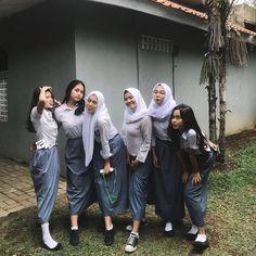 #Repost @ssyifaanrl... Hijab Teen, Girl Hijab, Casual Hijab Outfit, Hijab Chic, Muslim Fashion, Hijab Fashion, Free Tv And Movies, School Girl Dress, Bridesmaid Inspiration
