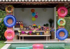 festa na piscina  Dica: utilizar boias e outros artigos para piscina como, bolinhas de plástico,  podem fazer parte da decoração e deixar o resultado incrível.