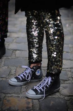 sequin pants with Converse sneakers. Converse Gris, Sequin Converse, Converse High, Converse Chuck Taylor High, High Top Sneakers, Shoes Sneakers, Lila Baby, Looks Party, Sequin Leggings