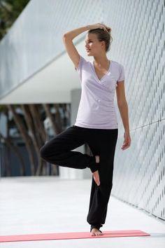 Mit zarten Pastelltönen bekommt dein Yoga-Outfit die Extraportion pure Harmonie: Das Yoga-Shirt von Ocean und der Sport-BH von Adidas passen farblich super zusammen und sorgen auch beim schweißtreibenden Workout für eine entspannte Optik.
