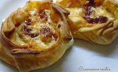 Tartaletas o canastillas de chorizo, queso y cebolla.