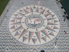 rosa de los vientos Lisboa (50 metros de diámetro -diseñada por Cristino da Silva. Supuso un regalo de la República de Sudáfrica.