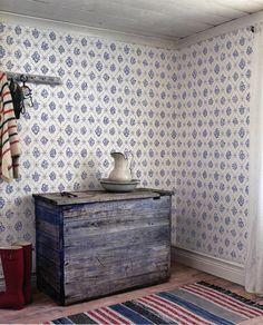 Tapet 'Lovisa' - Vit - 040-01 - Historiska Tapeter - Duro | Fragmenten till tapeten Lovisa hittades under restaureringen av ett förmakeri på Wirums Säteri i Småland. En tapet från omkring 1860 men med 1700-talskänsla.