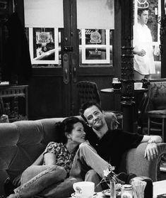 Monchan ♥️ the most perfect couple 💟 Friends Scenes, Friends Episodes, Friends Cast, Friends Moments, Friends Show, Friends Forever, Ross Friends, Monica E Chandler, Chandler Bing