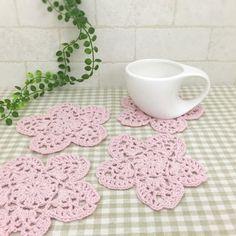 桜モチーフの可愛いコースターです♡コットン糸で編みました。4枚セットになります。●カラー:ラメピンク●サイズ:12㎝●素材:コットン100%●注意事項:1枚ずつ丁寧に編ませていただいています。ハリを出すため、アイロン用のり剤を使用しています。洗濯できますが手洗いをオススメ致します。洗濯機使用では、早く劣化すると思われますので、ご了承ください。●作家名:amiami♡358#コースター #かぎ針編み #飲み物の下に敷く #インテリア雑貨 #手編み #可愛い #おしゃれ #かわいい #小物 #おしゃれなカフェ #オシャレ #魅力的 #毎日使える #お買い得 #コースターマット #レース #テーブル #シンプル #キッチン雑貨 #ハンドメイド…