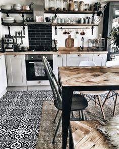 Podłogę w jadalni oraz kuchni wyłożono wzorzystymi kafelkami w barwach bieli oraz czerni. Intensywność oraz kontrast...
