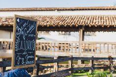 rustic wedding - set design by Ideiaria - Tetê Motta casamento rústico no campo - cenografia por Ideiaria - Tetê Motta - detalhe placa boas-vindas - placa: ideiaria - foto: julia lanari 2015