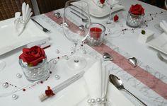 Roter Mustertisch 1 zur Hochzeit von Tischdeko-online. Perlengirlande, Perlenglas und Gastgeschenke von Tischdeko-online.
