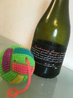 Orange like vin făcut din struguri albi, a.k.a. Chardonnay, ca si cum ar fi roșii. Rezultatul? Interesant. Wines, Orange, Bottle, Flask, Jars