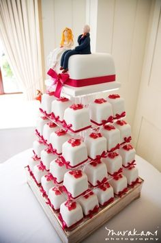 another square idea Young except it would just be easier to stick with cupcakes but I like the top of the cake being square and the holder thing 3d Cakes, Fondant Cakes, Mini Cakes, Cupcake Cakes, Mini Tortillas, Beautiful Cakes, Amazing Cakes, Wedding Cales, Wedding Cake Photos
