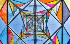 Estudantes de arte transformam Torre Elétrica em instalação de arte na Alemanha.