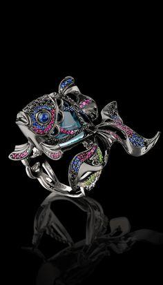 Escurecimento 750 ouro, topázio azul de Londres diamantes 15,07 ct, diamantes negros, safiras azuis, safiras rosa, demantoids.