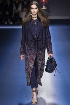 Versace Fall 2017 Ready-to-Wear Fashion Show - Camille Hurel Fashion Week, Fashion 2017, Runway Fashion, Fashion Brands, High Fashion, Fashion Show, Fashion Design, Versace Fashion, Donatella Versace