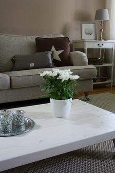 olohuone,diy sohvapöytä,olohuoneen sisustus,olohuoneen pöytä,sohvapöytä,sohva,harmaa,sisustustyynyt,koriste-esineet