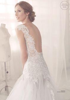 Vestido de noiva romântico de renda com decote nas costas e saia de tule ( Vestido: Wanda Borges   Foto: Josefina Bietti )                                                                                                                                                                                 Mais
