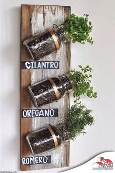 Construye un pequeño huerto en casa, utiliza frascos para cultivar las hierbas…