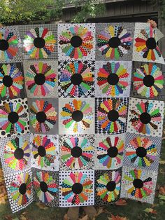 Dresden plate top pieced! by upstatelisa, via Flickr.  Love the black middle and then the black/grey/white backgrounds.