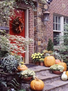I wish I had a doorstep like this and then I could decorate this cute! I want both!