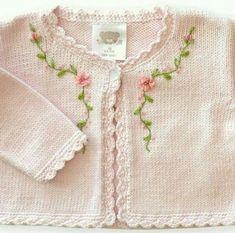 Baby Cardigan Knitting Pattern, Knitted Baby Cardigan, Crochet Coat, Beginner Knitting Patterns, Knit Patterns, Free Knitting, Crochet Baby Cocoon, Embroidery Fashion, Kind Mode