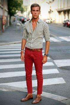 Look de moda: Camisa de Manga Larga de Cuadro Vichy Blanca, Vaqueros Rojos, Zapatos Brogue de Cuero Marrón Claro, Correa de Cuero Marrón