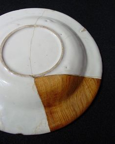 The Kintsugi or Kintsukuroi is a Japanese art of reparing broken pottery to make new cermic creations, using a resin mixed with silver or gold and understanding that the piece is more beautiful for having been broken.