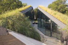 Edgeland House in Austin, Texas, is located on a rehabilitated brownfield site and is a modern re‐interpretation of one of the oldest housing typologies in North America, the Native American Pit House. The home is broken up into two separate pavilions, for the living and sleeping quarters, and requires direct contact with the outside elements to pass from one to the other. Architects: Bercy Chen Studio.